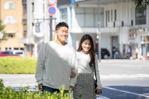 街中で仲良くデートをする若い男女の写真素材 [FYI03414239]