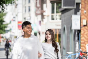 街中で仲良くデートをする若い男女の写真素材 [FYI03414279]