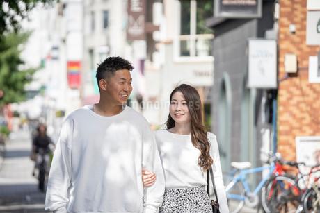 街中で仲良くデートをする若い男女の写真素材 [FYI03414280]