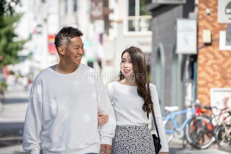 街中で仲良くデートをする若い男女の写真素材 [FYI03414281]