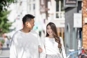 街中で仲良くデートをする若い男女の写真素材 [FYI03414282]
