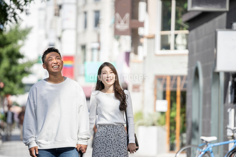 街中で仲良くデートをする若い男女の写真素材 [FYI03414284]