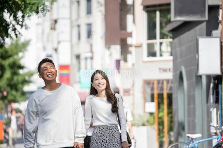 街中で仲良くデートをする若い男女の写真素材 [FYI03414285]