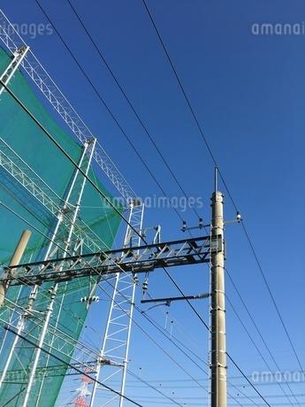 線路の電線とゴルフ練習場の写真素材 [FYI03414364]