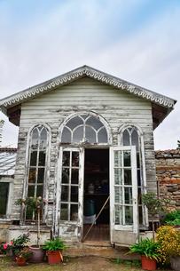 エストニア・北部にある18世紀の建物でエストニアで最も早く修復された領主の館のパルムセの館(現在は公園の情報センターや博物館として使用)敷地内に作られた農機具などの保管場所の写真素材 [FYI03414653]