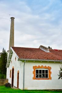 エストニア・北部にある18世紀の建物でエストニアで最も早く修復された領主の館のパルムセの館(現在は公園の情報センターや博物館として使用)敷地内に作られた蒸留所の写真素材 [FYI03414656]