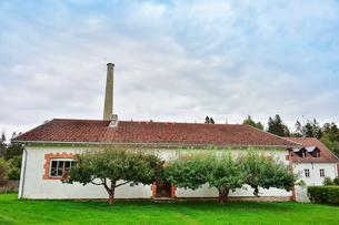 エストニア・北部にある18世紀の建物でエストニアで最も早く修復された領主の館のパルムセの館(現在は公園の情報センターや博物館として使用)敷地内に作られた蒸留所の写真素材 [FYI03414657]