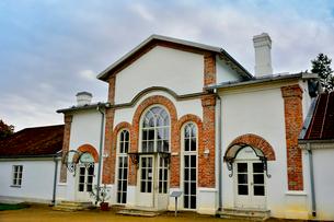 エストニア・北部にある18世紀の建物でエストニアで最も早く修復された領主の館のパルムセの館(現在は公園の情報センターや博物館として使用)敷地内に作られた温室とパームハウスを兼ねた建物の写真素材 [FYI03414658]