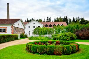 エストニア・北部にある18世紀の建物でエストニアで最も早く修復された領主の館のパルムセの館(現在は公園の情報センターや博物館として使用)敷地内に作られた蒸留所や醸造所等と花壇の写真素材 [FYI03414659]