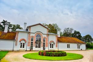 エストニア・北部にある18世紀の建物でエストニアで最も早く修復された領主の館のパルムセの館(現在は公園の情報センターや博物館として使用)敷地内に作られた温室とパームハウスを兼ねた建物の写真素材 [FYI03414665]