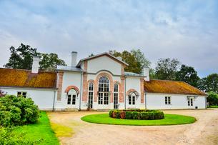 エストニア・北部にある18世紀の建物でエストニアで最も早く修復された領主の館のパルムセの館(現在は公園の情報センターや博物館として使用)敷地内に作られた温室とパームハウスを兼ねた建物の写真素材 [FYI03414666]