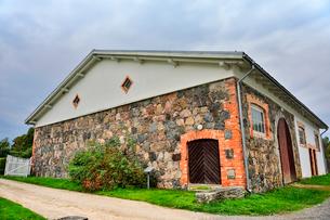 エストニア・北部にある18世紀の建物でエストニアで最も早く修復された領主の館のパルムセの館(現在は公園の情報センターや博物館として使用)敷地内の石壁とレンガで縁取られた窓作りの建物の写真素材 [FYI03414669]