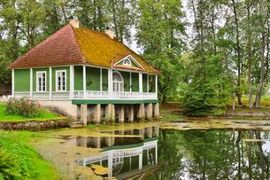 エストニア・北部にある18世紀の建物でエストニアで最も早く修復された領主の館のパルムセの館(現在は公園の情報センターや博物館として使用)の敷地内にある浴室と映り込みの写真素材 [FYI03414695]