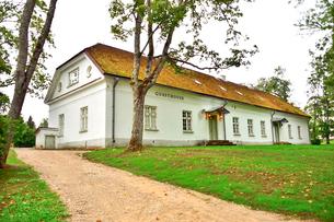 エストニア・北部にある18世紀の建物でエストニアで最も早く修復された領主の館のパルムセの館(現在は公園の情報センターや博物館として使用)の敷地内にあるゲストハウスの写真素材 [FYI03414699]