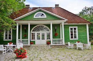 エストニア・北部にある18世紀の建物でエストニアで最も早く修復された領主の館のパルムセの館(現在は公園の情報センターや博物館として使用)敷地内に作られた浴室の写真素材 [FYI03414701]