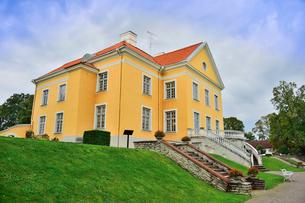 エストニア・北部にある18世紀の建物でエストニアで最も早く修復された領主の館のパルムセの館(現在は公園の情報センターや博物館として使用)本館の脇の鉢植えの花で飾られた階段の写真素材 [FYI03414702]