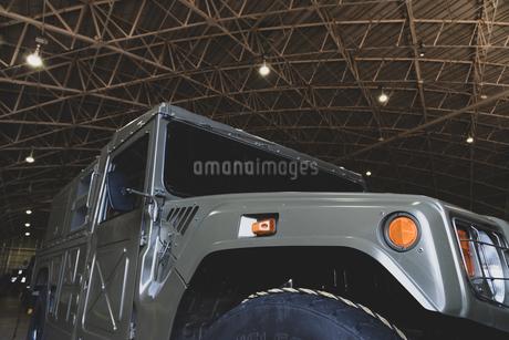 格納庫の中の軍用車両の写真素材 [FYI03414796]