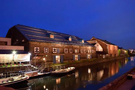 北海道小樽市の小樽運河のトワイライトの写真素材 [FYI03414884]
