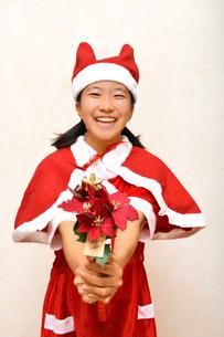 サンタクロース衣装の女の子の写真素材 [FYI03414898]