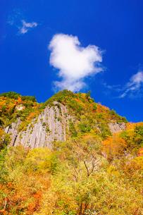 紅葉の布岩とハート型のわた雲の写真素材 [FYI03414993]