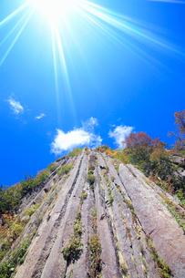 布岩の柱状節理と紅葉と太陽の光芒の写真素材 [FYI03415021]