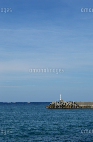 防波堤の灯台の写真素材 [FYI03415105]
