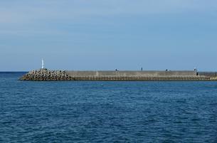 防波堤の灯台の写真素材 [FYI03415111]