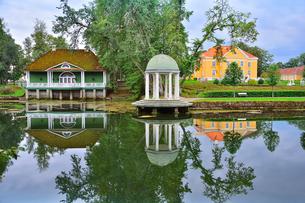 エストニア・北部にある18世紀の建物でエストニアで最も早く修復された領主の館のパルムセの館(現在は公園の情報センターや博物館として使用)の本館と浴室とロタンダ(基面が円形の建物)の写真素材 [FYI03415115]
