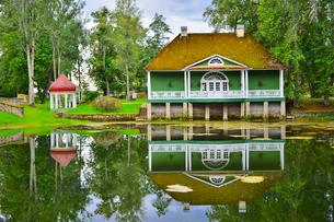エストニア・北部にある18世紀の建物でエストニアで最も早く修復された領主の館のパルムセの館(現在は公園の情報センターや博物館として使用)の敷地内にある浴室と休憩所の写真素材 [FYI03415116]