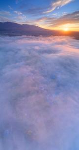 信州国際音楽村付近から望む雲海と朝日と浅間山と烏帽子岳の写真素材 [FYI03415124]