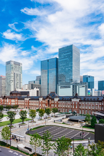 東京駅と丸の内駅前広場の写真素材 [FYI03415486]