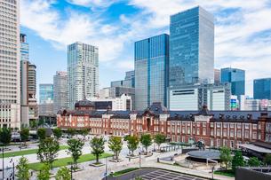 東京駅と丸の内駅前広場の写真素材 [FYI03415487]