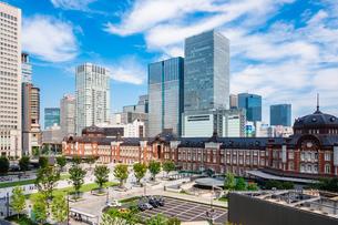 東京駅と丸の内駅前広場の写真素材 [FYI03415488]