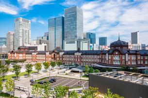 東京駅と丸の内駅前広場の写真素材 [FYI03415489]