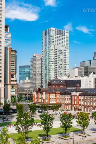 東京駅と丸の内駅前広場の写真素材 [FYI03415490]
