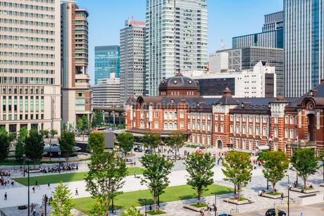 東京駅と丸の内駅前広場の写真素材 [FYI03415491]