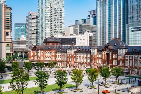 東京駅と丸の内駅前広場の写真素材 [FYI03415492]