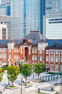 東京駅と丸の内駅前広場の写真素材 [FYI03415493]