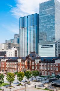 東京駅と丸の内駅前広場の写真素材 [FYI03415494]