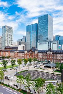 東京駅と丸の内駅前広場の写真素材 [FYI03415495]