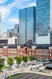 東京駅と丸の内駅前広場の写真素材 [FYI03415496]