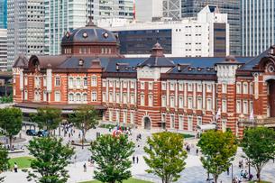 東京駅と丸の内駅前広場の写真素材 [FYI03415497]