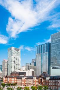 東京駅とビルの写真素材 [FYI03415498]