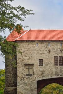 エストニアの世界遺産の歴史地区のタリンの旧市街のスール・ランナ門の石壁に掘られた十字架のキリスト・旧市街は世界遺産の写真素材 [FYI03415505]