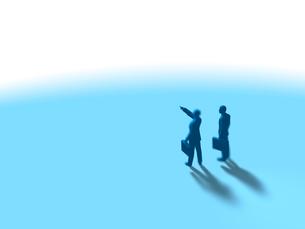 遠方を指差し望む2人のビジネスマンのイラスト素材 [FYI03415518]