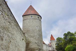 エストニアの世界遺産のタリン旧市街にある城塞と城壁の写真素材 [FYI03415542]
