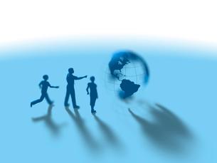 地球儀に注目する親子3人のイラスト素材 [FYI03415544]