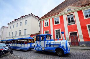 エストニアの世界遺産のタリン旧市街を走る観光車両・旧市街は世界遺産の写真素材 [FYI03415571]