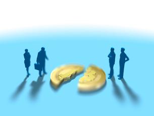 割れたビットコインを眺める男女数名のイラスト素材 [FYI03415590]