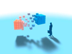 赤から青へ変化するキューブを眺める1人のビジネスマンのイラスト素材 [FYI03415596]